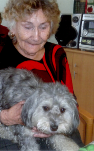 Besuchshund Maya mit Seniorin