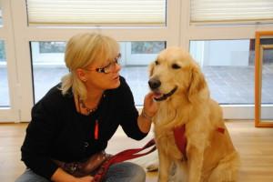 Hilde Färber mit Besuchshund Curie im therapeutschen Einsatz