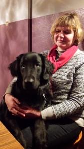 Sabine mit unserem Nachwuchstalent Harvey, der schon fleissigt mit behinderten Kindern übt.
